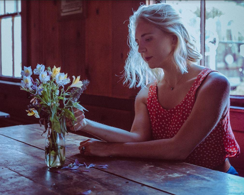 "SONG PREMIERE: Erisy Watt Encapsulates Summery Style Jazz Folk Via Sweet Listening Track ""Light"""